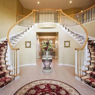 Ejemplo de escalera curva, tradicional, con escalones de madera
