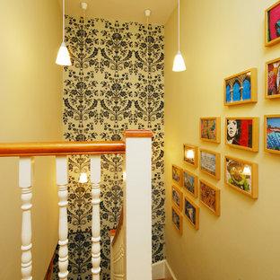 Diseño de escalera en U, tradicional, de tamaño medio, con escalones de madera y contrahuellas de madera