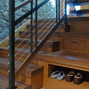 デンバーの中サイズの木のコンテンポラリースタイルのおしゃれな折り返し階段 (木の蹴込み板、混合材の手すり) の写真
