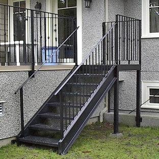 バンクーバーの小さい金属製のトラディショナルスタイルのおしゃれな階段 (金属の手すり) の写真