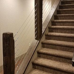 Diseño de escalera recta, rústica, de tamaño medio, con escalones enmoquetados, contrahuellas enmoquetadas y barandilla de cable