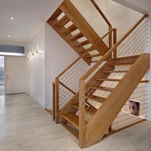 エドモントンのモダンスタイルのおしゃれな階段 (ワイヤーの手すり) の写真