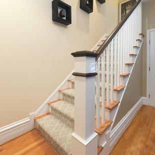 Ejemplo de escalera en U, minimalista, de tamaño medio, con contrahuellas de madera pintada y escalones enmoquetados