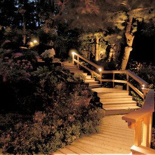 ニューヨークの中サイズの木のトラディショナルスタイルのおしゃれなサーキュラー階段 (木の蹴込み板) の写真