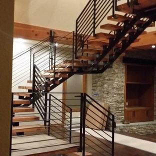 Bild på en stor flytande trappa i trä, med sättsteg i metall