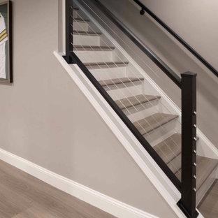 На фото: прямая лестница среднего размера в стиле модернизм с деревянными ступенями, крашенными деревянными подступенками и перилами из тросов
