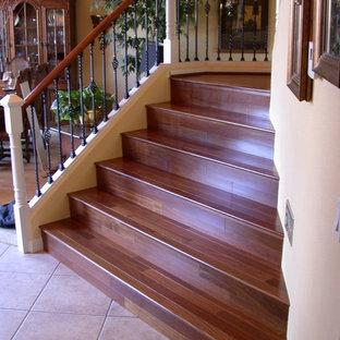 Foto de escalera rústica, de tamaño medio, con escalones de madera, contrahuellas de madera y barandilla de metal