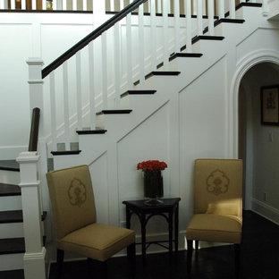 ロサンゼルスのトラディショナルスタイルのおしゃれなかね折れ階段の写真