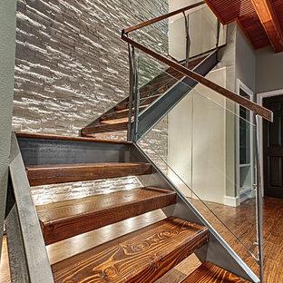 Ejemplo de escalera en L, moderna, grande, sin contrahuella, con escalones de madera