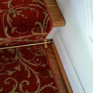 Modelo de escalera curva, clásica, de tamaño medio, con escalones enmoquetados y contrahuellas enmoquetadas