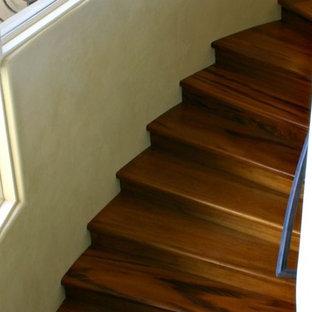 Foto de escalera curva, mediterránea, grande, con escalones de madera y contrahuellas de metal
