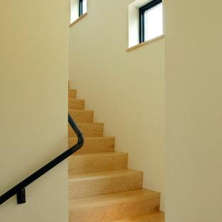 Diseño de escalera en L, moderna, pequeña, con escalones de madera y contrahuellas de madera