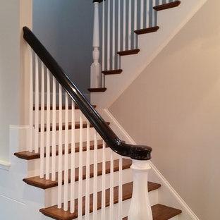 Idéer för mellanstora vintage u-trappor i trä, med sättsteg i målat trä och räcke i trä