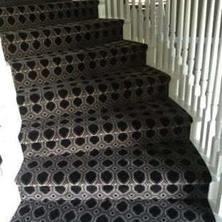 Cette image montre un petit escalier courbe design avec des marches en moquette et des contremarches en moquette.