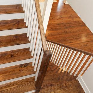 """Idee per una scala a """"U"""" country di medie dimensioni con pedata in legno e alzata in legno"""