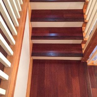 ダブリンの木のおしゃれなサーキュラー階段 (木の蹴込み板、木材の手すり) の写真