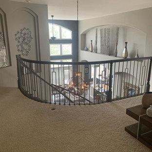 Foto de escalera curva, tradicional renovada, grande, con escalones enmoquetados, contrahuellas enmoquetadas y barandilla de varios materiales