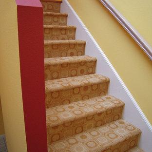 Imagen de escalera en L, actual, pequeña, con escalones enmoquetados y contrahuellas enmoquetadas