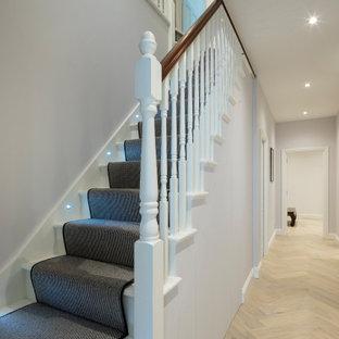 ロンドンのヴィクトリアン調のおしゃれな階段の写真