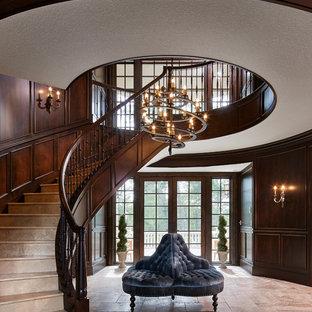 Diseño de escalera curva, clásica, extra grande, con barandilla de madera, escalones de piedra caliza y contrahuellas de piedra caliza