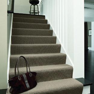 Idéer för mellanstora vintage raka trappor, med heltäckningsmatta, sättsteg med heltäckningsmatta och räcke i trä