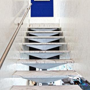 Ejemplo de escalera recta, actual, de tamaño medio, sin contrahuella, con escalones de mármol y barandilla de metal
