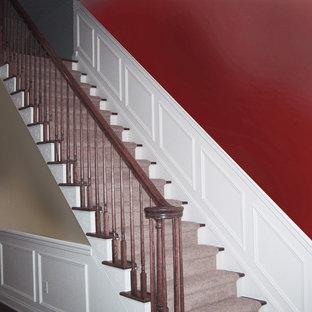 ニューヨークの中サイズのトラディショナルスタイルのおしゃれな階段の写真