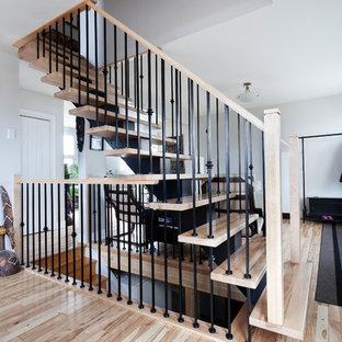 Imagen de escalera suspendida, de estilo americano, de tamaño medio, con escalones de madera, barandilla de metal y contrahuellas de metal