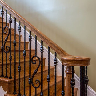 Ejemplo de escalera en L, de estilo americano, de tamaño medio, con escalones de metal y barandilla de varios materiales