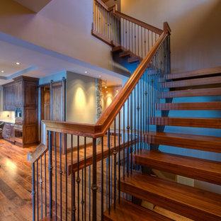 Modelo de escalera en U, clásica renovada, grande, sin contrahuella, con escalones de madera y barandilla de metal