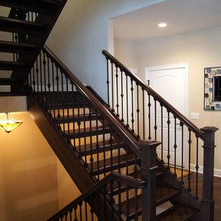Ejemplo de escalera en U, tradicional, grande, sin contrahuella, con escalones de madera y barandilla de varios materiales