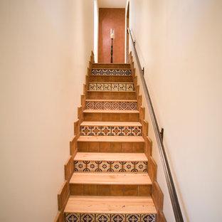 Foto de escalera recta, mediterránea, de tamaño medio, con escalones de madera, contrahuellas de terracota y barandilla de metal