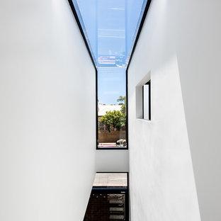 Ejemplo de escalera suspendida, minimalista, pequeña