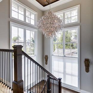 Idéer för en stor klassisk svängd trappa i trä, med sättsteg i målat trä