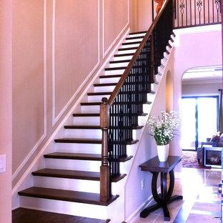 タンパのトランジショナルスタイルのおしゃれな階段の写真