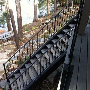 トロントの木のコンテンポラリースタイルのおしゃれな階段の写真