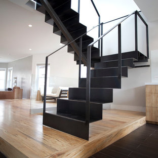Diseño de escalera en U, minimalista, grande, con escalones de metal y contrahuellas de metal