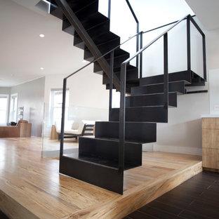Пример оригинального дизайна: большая п-образная лестница в стиле модернизм с металлическими ступенями и металлическими подступенками