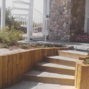 ボストンの小さいコンクリートのビーチスタイルのおしゃれなサーキュラー階段 (木の蹴込み板) の写真