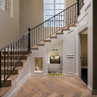 Ejemplo de escalera tradicional renovada con escalones de madera y contrahuellas de madera