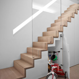 Diseño de escalera recta, actual, de tamaño medio, con escalones de madera y contrahuellas de madera
