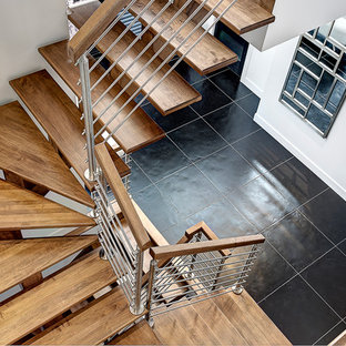 Diseño de escalera suspendida, contemporánea, de tamaño medio, sin contrahuella, con escalones de madera