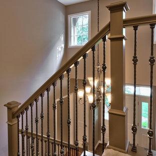 Mittelgroße Klassische Treppe in L-Form mit Teppich-Treppenstufen und Teppich-Setzstufen in Kansas City