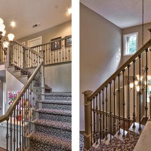 Diseño de escalera en L, tradicional, de tamaño medio, con escalones enmoquetados y contrahuellas enmoquetadas