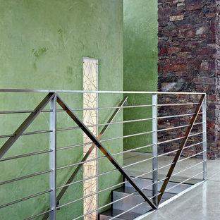 Diseño de escalera recta, marinera, de tamaño medio, con escalones de metal y contrahuellas de metal