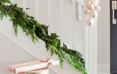8 Christmas Staircase Decorating Ideas