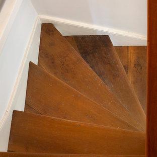Idee per una scala a rampa dritta country di medie dimensioni con pedata in legno e alzata in legno verniciato