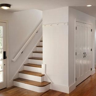 Ispirazione per una scala a rampa dritta country di medie dimensioni con pedata in legno e alzata in legno verniciato