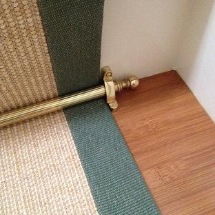 Imagen de escalera recta, tradicional, de tamaño medio, con escalones de madera y contrahuellas de madera pintada