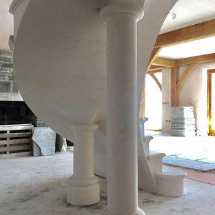 Esempio di una grande scala sospesa chic con pedata in pietra calcarea, alzata in pietra calcarea e parapetto in metallo